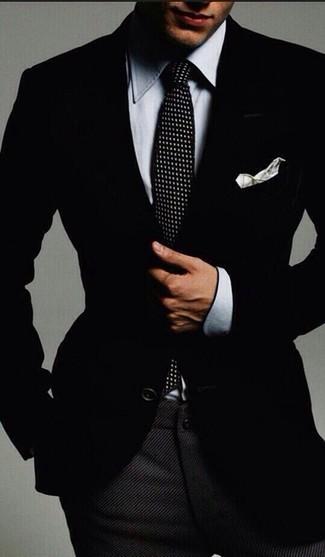 Cómo combinar una camisa de vestir de cambray gris: Emparejar una camisa de vestir de cambray gris junto a un pantalón de vestir de lana en gris oscuro es una opción práctica para una apariencia clásica y refinada.