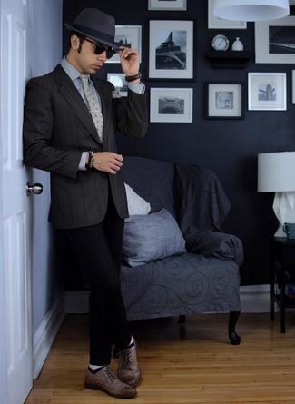 Esta combinación de un blazer gris oscuro y un sombrero es perfecta para una salida nocturna u ocasiones casuales elegantes. Haz este look más informal con zapatos brogue de cuero marrónes.