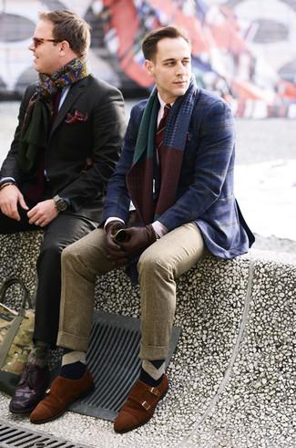 Cómo combinar: blazer de tartán azul marino, camisa de vestir blanca, pantalón de vestir de lana marrón claro, zapatos con doble hebilla de ante en tabaco