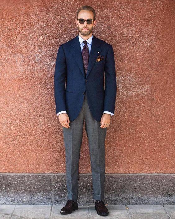 e79cd470 ... zapatos oxford marrónes. Cómo combinar: blazer azul marino, camisa de  vestir celeste, pantalón de vestir gris