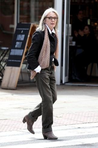 Moda para mujeres de 60 años: Si buscas un look en tendencia pero clásico, elige un blazer de lana negro y unos pantalones anchos verde oliva. Un par de botines de cuero en gris oscuro se integra perfectamente con diversos looks.