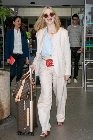 Cómo combinar: blazer de lino en beige, camisa de vestir celeste, pantalones anchos de lino en beige, sandalias de tacón de cuero de rayas horizontales en multicolor
