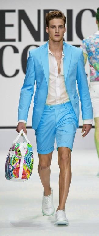 Cómo combinar: blazer en turquesa, camisa de vestir en beige, pantalones cortos en turquesa, zapatos oxford de cuero blancos