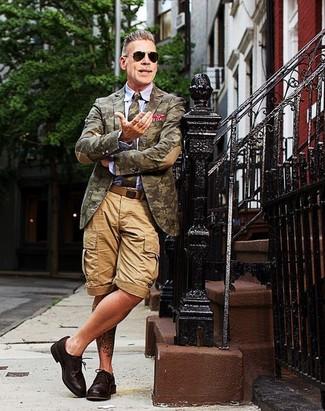 Look de Nick Wooster: Blazer de Camuflaje Verde Oliva, Camisa de Vestir Celeste, Pantalones Cortos Marrón Claro, Zapatos Derby de Cuero en Marrón Oscuro