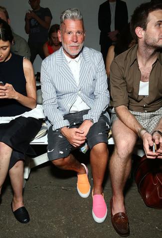 Look de Nick Wooster: Blazer de rayas verticales celeste, Camisa de vestir blanca, Pantalones cortos estampados en gris oscuro, Zapatillas slip-on naranjas