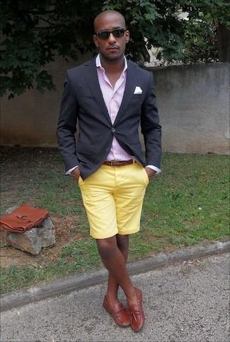 Cómo combinar: blazer negro, camisa de vestir de rayas verticales rosada, pantalones cortos amarillos, náuticos de cuero en tabaco