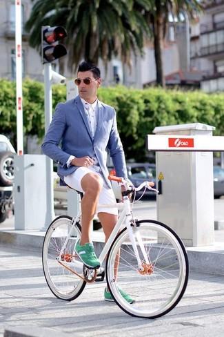 Un blazer azul y unos pantalones cortos son un look perfecto para ir a la moda y a la vez clásica. Para darle un toque relax a tu outfit utiliza tenis de ante verdes.