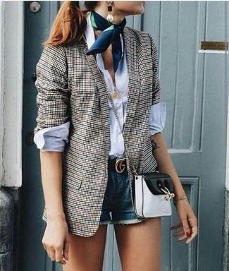 Cómo combinar: blazer de cuadro vichy gris, camisa de vestir blanca, pantalones cortos vaqueros azules, bolso bandolera de cuero en negro y blanco