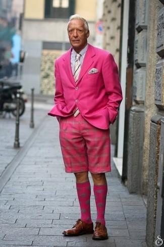 Cómo combinar: blazer rosa, camisa de vestir de rayas verticales en blanco y negro, pantalones cortos rosa, zapatos derby de cuero marrónes