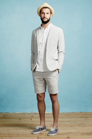 Cómo combinar una camisa de vestir a lunares en blanco y negro: Si buscas un estilo adecuado y a la moda, elige una camisa de vestir a lunares en blanco y negro y unos pantalones cortos grises. Si no quieres vestir totalmente formal, opta por un par de tenis de lona azul marino.