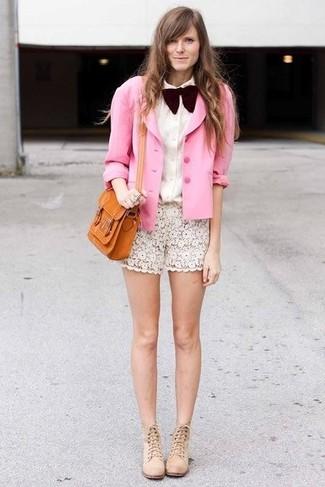 Cómo combinar: blazer de seda rosado, camisa de vestir blanca, pantalones cortos de encaje blancos, botines de ante en beige
