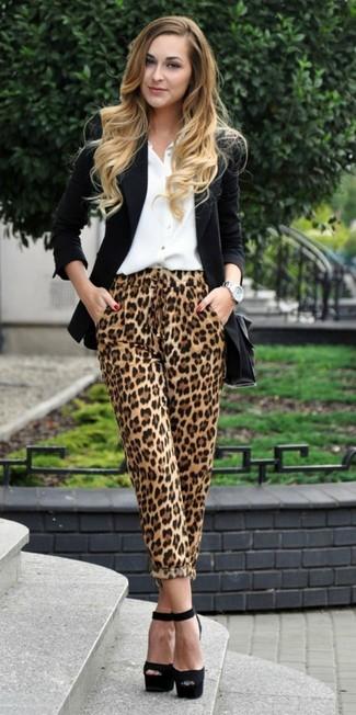Cómo combinar: blazer negro, camisa de vestir blanca, pantalones de pijama de leopardo marrón claro, sandalias de tacón de ante gruesas negras
