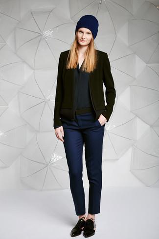 Cómo combinar un blazer de lana negro: Equípate un blazer de lana negro junto a unos pantalones pitillo azul marino para crear una apariencia elegante y glamurosa. Zapatos oxford de cuero negros son una opción práctica para complementar tu atuendo.