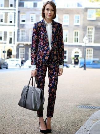 Cómo combinar un blazer con print de flores azul: Elige un blazer con print de flores azul y unos pantalones pitillo con print de flores azul marino para conseguir una apariencia glamurosa y elegante. Zapatos de tacón de ante negros son una opción grandiosa para complementar tu atuendo.