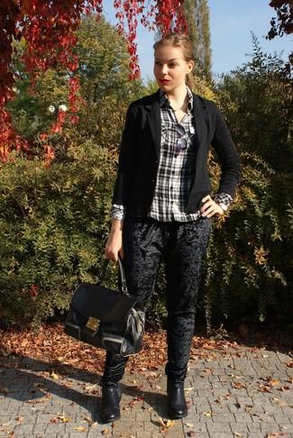 Cómo combinar: blazer negro, camisa de vestir de tartán en negro y blanco, pantalones pitillo de terciopelo negros, botines chelsea de cuero negros