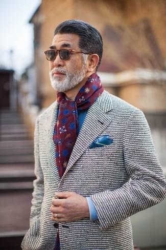 Cómo combinar: blazer de tweed blanco, camisa de vestir azul, pañuelo de bolsillo azul, bufanda estampada burdeos