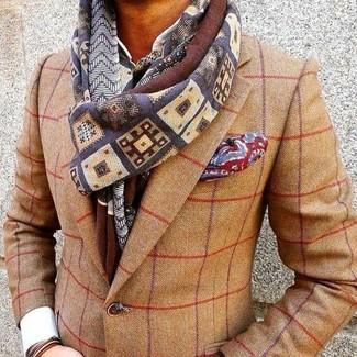 Cómo combinar: blazer de lana a cuadros marrón claro, camisa de vestir blanca, pañuelo de bolsillo estampado rojo, bufanda estampada en multicolor