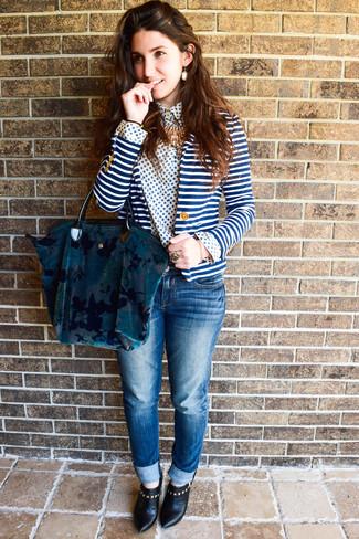 Cómo combinar: blazer de rayas horizontales en blanco y azul, camisa de vestir con print de flores en blanco y azul, vaqueros azules, botines de cuero negros