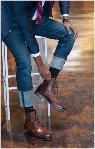Empareja un blazer azul marino junto a unos vaqueros azules para después del trabajo. ¿Te sientes valiente? Haz botas brogue de cuero marrónes tu calzado.