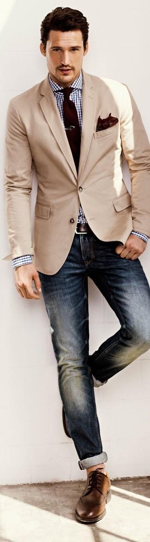 Si buscas un look en tendencia pero clásico, utiliza un blazer beige y unos vaqueros azul marino. Zapatos brogue de cuero marrónes son una sencilla forma de complementar tu atuendo.