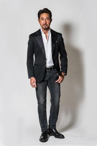 Cómo combinar: blazer de satén negro, camisa de vestir blanca, vaqueros en gris oscuro, botines chelsea de cuero negros