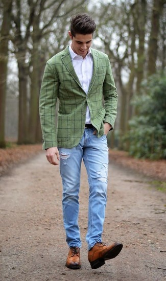 Cómo combinar: blazer a cuadros verde oliva, camisa de vestir blanca, vaqueros desgastados celestes, zapatos brogue de cuero marrónes