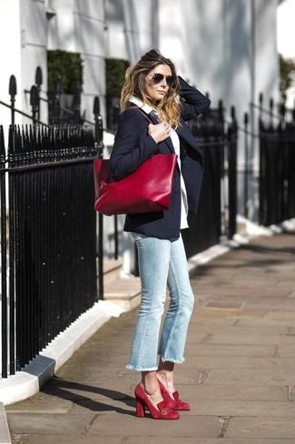 Cómo combinar: blazer azul marino, camisa de vestir blanca, vaqueros celestes, zapatos de tacón de ante rojos