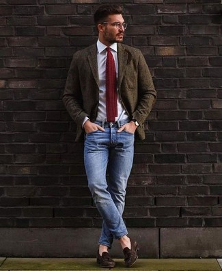 Cómo combinar: blazer de lana verde oliva, camisa de vestir blanca, vaqueros azules, mocasín con borlas de ante en marrón oscuro