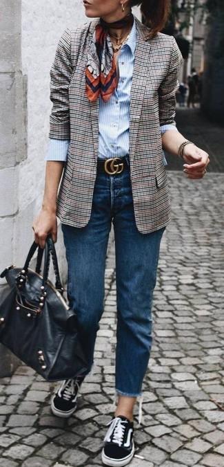 Cómo combinar: blazer de tartán gris, camisa de vestir de rayas verticales celeste, vaqueros azul marino, tenis de lona negros