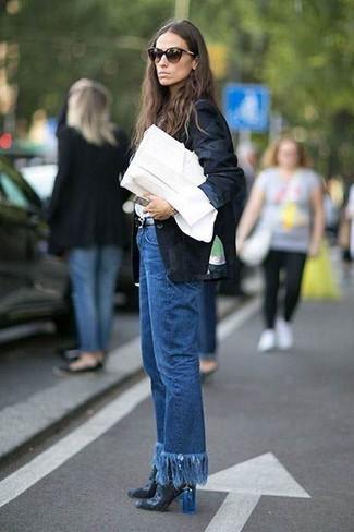 Emparejar un blazer negro de Gucci y unos vaqueros сon flecos azules es una opción cómoda para hacer diligencias en la ciudad. Botines de cuero negros dan un toque chic al instante incluso al look más informal.