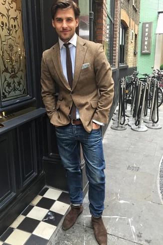 Cómo combinar: blazer de lana marrón, camisa de vestir celeste, vaqueros azules, botines chelsea de ante marrónes