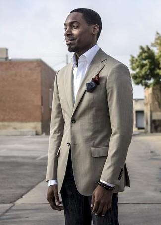 Cómo combinar: blazer en beige, camisa de vestir blanca, vaqueros negros, pañuelo de bolsillo de seda burdeos
