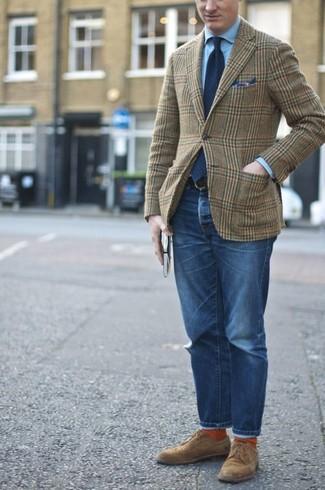 Cómo combinar: blazer de lana de tartán verde oliva, camisa de vestir celeste, vaqueros azules, zapatos derby de ante marrónes