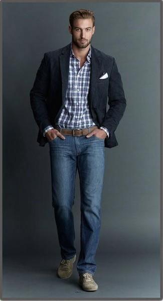 Cómo combinar: blazer negro, camisa de vestir de tartán en blanco y azul marino, vaqueros azules, tenis de ante verde oliva