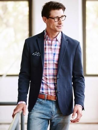 Cómo combinar: blazer negro, camisa de vestir de cuadro vichy rosada, vaqueros azules, pañuelo de bolsillo en negro y blanco