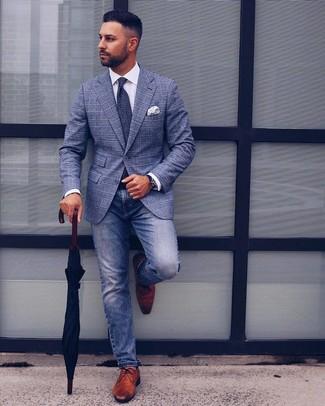 Cómo combinar un pañuelo de bolsillo estampado en blanco y azul: Mantén tu atuendo relajado con un blazer de tartán azul y un pañuelo de bolsillo estampado en blanco y azul. ¿Te sientes valiente? Elige un par de zapatos derby de cuero marrónes.