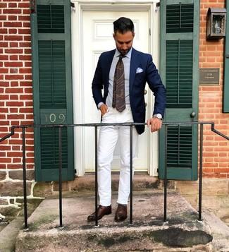 Cómo combinar: blazer azul marino, camisa de vestir celeste, vaqueros blancos, zapatos oxford de cuero en marrón oscuro