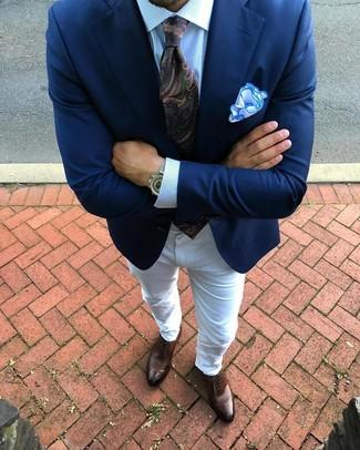 Cómo combinar: blazer azul marino, camisa de vestir de rayas verticales celeste, vaqueros blancos, zapatos oxford de cuero marrónes