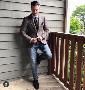 Cómo combinar: blazer de tartán en marrón oscuro, camisa de vestir blanca, vaqueros azules, mocasín de ante en marrón oscuro