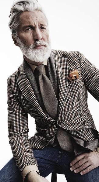Intenta combinar un blazer de pata de gallo marrón con unos vaqueros azul marino para una vestimenta cómoda que queda muy bien junta.