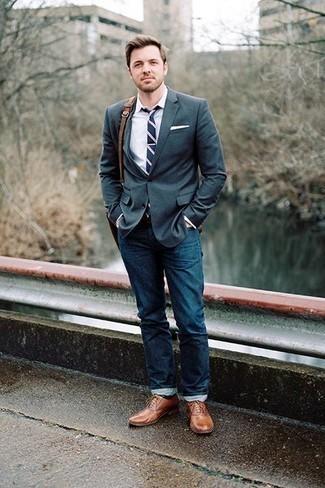 Cómo combinar un bolso mensajero de cuero marrón: Casa un blazer verde oscuro con un bolso mensajero de cuero marrón transmitirán una vibra libre y relajada. Con el calzado, sé más clásico y elige un par de zapatos oxford de cuero marrónes.