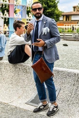 Cómo combinar un blazer gris: Empareja un blazer gris junto a unos vaqueros azules para un lindo look para el trabajo. ¿Te sientes valiente? Completa tu atuendo con tenis de ante en negro y blanco.