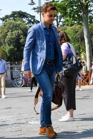 Cómo combinar un portafolio de cuero marrón: Considera ponerse un blazer azul y un portafolio de cuero marrón para un look agradable de fin de semana. ¿Te sientes valiente? Elige un par de zapatos derby de ante en tabaco.