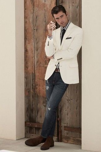 Cómo combinar una corbata negra: Opta por un blazer blanco y una corbata negra para un perfil clásico y refinado. ¿Quieres elegir un zapato informal? Elige un par de botines chelsea de ante en marrón oscuro para el día.