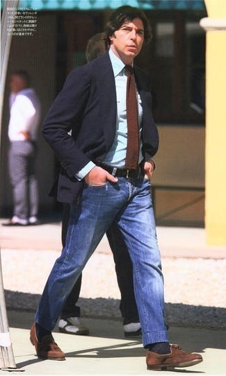 Cómo combinar una corbata de punto marrón: Emparejar un blazer azul marino con una corbata de punto marrón es una opción incomparable para una apariencia clásica y refinada. Mocasín con borlas de ante marrón son una opción buena para complementar tu atuendo.
