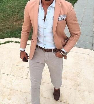Cómo combinar un blazer rosado: Ponte un blazer rosado y unos vaqueros grises para las 8 horas. ¿Te sientes valiente? Haz mocasín de ante en marrón oscuro tu calzado.