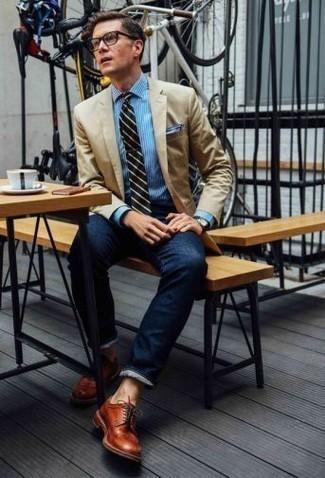 Una camisa de vestir de vestir con unos vaqueros azul marino: Ponte una camisa de vestir y unos vaqueros azul marino para un lindo look para el trabajo. ¿Te sientes valiente? Completa tu atuendo con zapatos derby de cuero en tabaco.