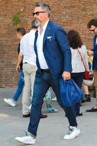 Cómo combinar una camisa de vestir con un blazer: Emparejar un blazer con una camisa de vestir es una opción práctica para una apariencia clásica y refinada. Tenis de cuero blancos contrastarán muy bien con el resto del conjunto.
