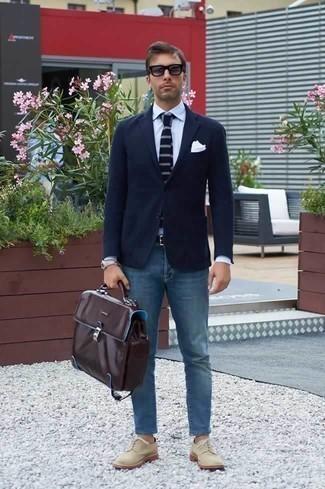 Cómo combinar un portafolio de cuero en marrón oscuro: Considera ponerse un blazer azul marino y un portafolio de cuero en marrón oscuro para un look agradable de fin de semana. Con el calzado, sé más clásico y complementa tu atuendo con zapatos derby de lona en beige.