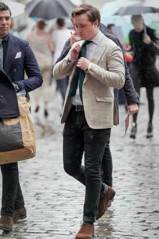 Cómo combinar una corbata verde oscuro: Ponte un blazer de tartán en beige y una corbata verde oscuro para un perfil clásico y refinado. Zapatos oxford de ante marrónes son una opción inigualable para complementar tu atuendo.